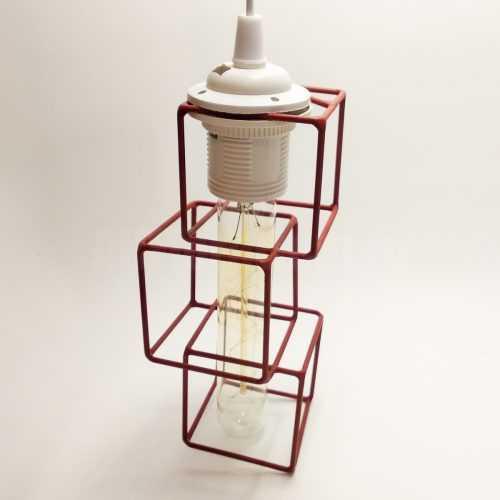 Светильник в каркасе из кубов